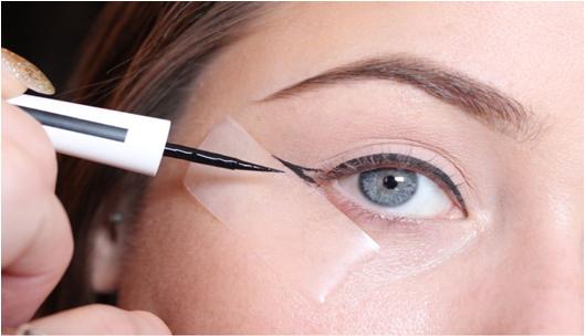 7 trucos para delinear tus ojos perfectamente for Como se maquillan los ojos ahumados